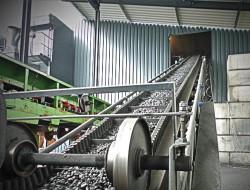 Kehrbaum Carbon Prozess - Werk II - 4 Aufgabetrichter geben gezielte Anthrazitkohlemengen auf das Förderband zur Braus- und Siebanlage